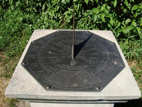 Zegar słoneczny w Ogrodzie Zoobotanicznym w Toruniu pokazuje godzinę naszego wyjścia