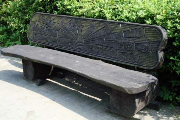 Rzeźbiona ławka - paw