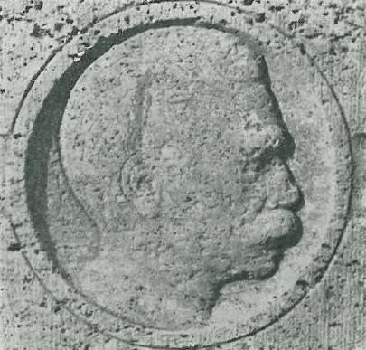 Płaskorzeźba głowy Roberta Jaeckla, z poświęconego jego pamięci pomnika. Zdjęcie wykonano w roku 1973, kiedy miękki kamień cokołu był już silnie zwietrzały (fot. Z. Pniewski)