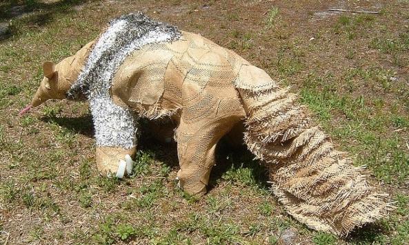 Rzeźba mrówkojada z surowców wtórnych - Safari Under the Stars, Brevard Zoo, Melbourne na Florydzie