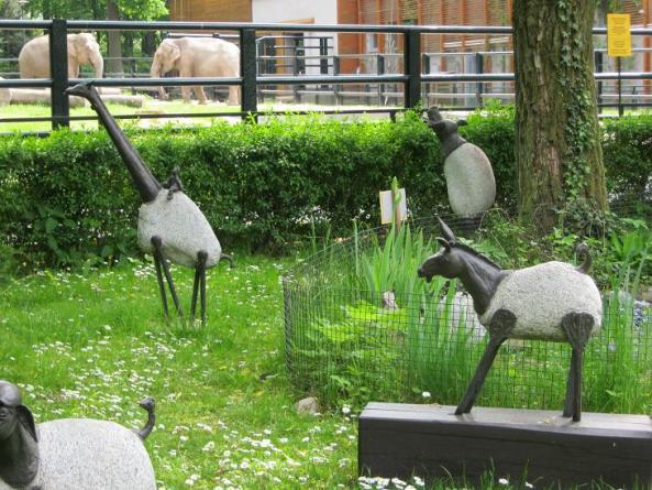 W krakowskim zoo znajdziemy też ciekawe rzeźby różnych zwierząt