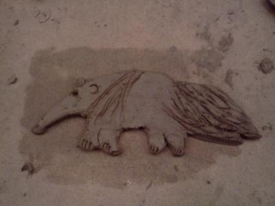 Mrówkojad z gliny podczas tworzenia