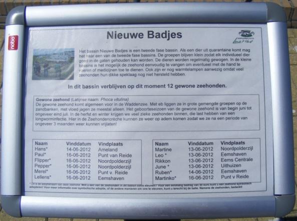 Tabliczka informacyjna przed basenem z fokami