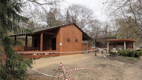 Forum społeczne - mini zoo na 1. planie - altana dydaktyczna w tle  - kwiecień 2013