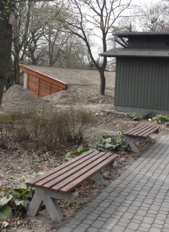 """""""Generałówka"""" i w tle altana dydaktyczna - kwiecień 2013"""