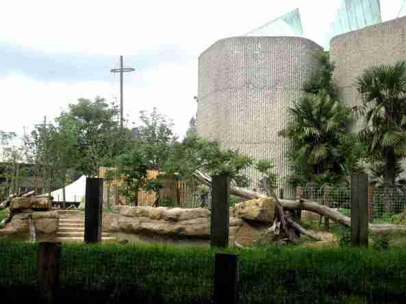 Widok na Casson Pavilion od strony wybiegu tapirów malajskich.